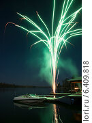 Firework display over a lake, Kenora, Lake of The Woods, Ontario, Canada. Стоковое фото, агентство Ingram Publishing / Фотобанк Лори
