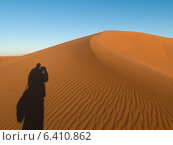 Shadow of a person on Erg Chegaga Dunes in Sahara Desert, Souss-Massa-Draa, Morocco. Стоковое фото, агентство Ingram Publishing / Фотобанк Лори