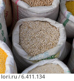 Lentils and beans for sale in a souk, Arset El Maach, Marrakesh, Morocco. Стоковое фото, агентство Ingram Publishing / Фотобанк Лори