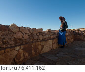 Tuareg man standing at the terrace of a fort, Ait Benhaddou, Ouarzazate, Souss-Massa-Draa, Morocco (2012 год). Редакционное фото, агентство Ingram Publishing / Фотобанк Лори