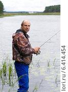 Купить «Мужчина ловит рыбу на спиннинг на озере Селигер, Тверская область», эксклюзивное фото № 6414454, снято 26 августа 2014 г. (c) Елена Коромыслова / Фотобанк Лори