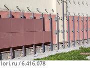 Купить «Стена здания во время монтажа вентилируемого фасада», фото № 6416078, снято 3 августа 2014 г. (c) Кекяляйнен Андрей / Фотобанк Лори