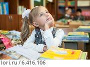 Купить «Девочка смотрит на доску во время урока в школе», фото № 6416106, снято 1 сентября 2014 г. (c) Кекяляйнен Андрей / Фотобанк Лори