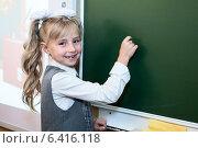 Купить «Девочка с мелом в руках стоит около школьной доски», фото № 6416118, снято 1 сентября 2014 г. (c) Кекяляйнен Андрей / Фотобанк Лори