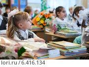Купить «Девочка сидит на уроке и внимательно слушает учителя», фото № 6416134, снято 1 сентября 2014 г. (c) Кекяляйнен Андрей / Фотобанк Лори
