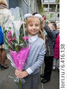 Купить «Первоклассница с большим букетом цветов стоит на улице среди детей», фото № 6416138, снято 1 сентября 2014 г. (c) Кекяляйнен Андрей / Фотобанк Лори