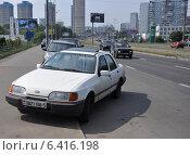 """Купить «Автомобиль """"Ford Sierra"""" с белорусскими номерами, припаркованный с частичным заездом на тротуар», эксклюзивное фото № 6416198, снято 7 августа 2012 г. (c) Дмитрий Абушкин / Фотобанк Лори"""