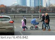 Купить «Мамы с детьми переходят улицу по пешеходному переходу», эксклюзивное фото № 6416842, снято 30 марта 2014 г. (c) Щеголева Ольга / Фотобанк Лори