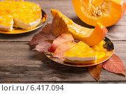 Купить «pumpkin pie on wooden table», фото № 6417094, снято 1 сентября 2014 г. (c) Майя Крученкова / Фотобанк Лори