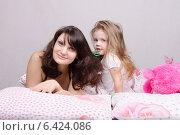 Мама и дочка с расческой в кровати. Стоковое фото, фотограф Иванов Алексей / Фотобанк Лори