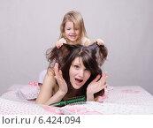 Дочка тянет за волосы маму. Стоковое фото, фотограф Иванов Алексей / Фотобанк Лори