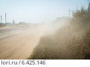 Облако пыли на дороге (2014 год). Стоковое фото, фотограф Антон Каменский / Фотобанк Лори