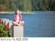 Купить «Красивая девушка отдыхает и принимает солнечные ванны», фото № 6425550, снято 21 августа 2014 г. (c) Pukhov K / Фотобанк Лори