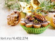 Купить «Sweet Cupcake with christmas decoracions», фото № 6432274, снято 10 сентября 2014 г. (c) Tatjana Baibakova / Фотобанк Лори