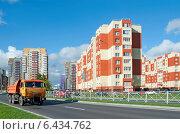 Купить «Новые жилые многоэтажные дома, новая дорога», эксклюзивное фото № 6434762, снято 22 сентября 2014 г. (c) Svet / Фотобанк Лори