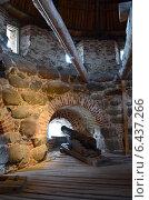 Купить «Спасо-Преображенский Соловецкий монастырь. Бойницы башни и пушка на лафете. Внутреннее помещение башни», эксклюзивное фото № 6437266, снято 18 августа 2018 г. (c) Staryh Luiba / Фотобанк Лори