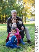 Купить «Дедушка с бабушкой на прогулке с внуками в осеннем парке», фото № 6441570, снято 20 сентября 2014 г. (c) Кекяляйнен Андрей / Фотобанк Лори