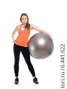Купить «Привлекательная спортивная девушка держит большой гимнастический мяч», фото № 6441622, снято 23 февраля 2014 г. (c) Сергей Сухоруков / Фотобанк Лори