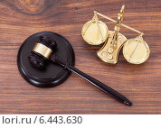 Gavel And Scales With Money On Desk. Стоковое фото, фотограф Андрей Попов / Фотобанк Лори