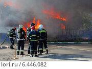 Купить «Пожарные на тушении горящего здания», эксклюзивное фото № 6446082, снято 26 сентября 2014 г. (c) Александр Тарасенков / Фотобанк Лори