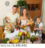 Купить «Parents and children with food», фото № 6448442, снято 17 июля 2018 г. (c) Яков Филимонов / Фотобанк Лори