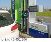 Купить «Заправка бензином белого автомобиля (горизонтально)», фото № 6452306, снято 6 июля 2020 г. (c) Шевцова Анна / Фотобанк Лори