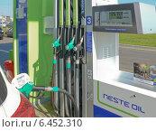 Купить «Заправка бензином белого автомобиля», фото № 6452310, снято 6 июля 2020 г. (c) Шевцова Анна / Фотобанк Лори