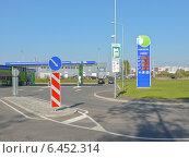 Купить «Заправка Несте. Стойка с ценами на бензин», фото № 6452314, снято 3 июля 2014 г. (c) Шевцова Анна / Фотобанк Лори
