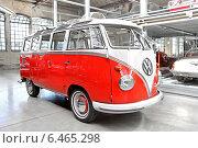 Купить «Автомобиль Volkswagen Transporter в Центре классических автомобилей Classic Remise, Берлин», фото № 6465298, снято 12 августа 2014 г. (c) Art Konovalov / Фотобанк Лори