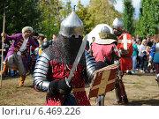 Средневековый рыцарь в доспехах в бою (2013 год). Редакционное фото, фотограф Роман Палтахиенти / Фотобанк Лори