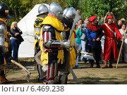 Средневековые рыцари 10 век, реконструкция (2013 год). Редакционное фото, фотограф Роман Палтахиенти / Фотобанк Лори