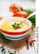 Купить «Тыквенный суп со сливками и красным перцем», фото № 6469970, снято 1 октября 2014 г. (c) Надежда Мишкова / Фотобанк Лори