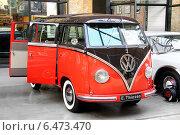 Купить «Автомобиль Volkswagen Transporter в Центре классических автомобилей Classic Remise, Берлин», фото № 6473470, снято 12 августа 2014 г. (c) Art Konovalov / Фотобанк Лори