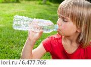 Купить «Ребенок пьет воду из бутылки в солнечный день», фото № 6477766, снято 10 августа 2014 г. (c) Дмитрий Наумов / Фотобанк Лори