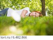 Купить «Pretty redhead lying on the grass», фото № 6482866, снято 5 июня 2014 г. (c) Wavebreak Media / Фотобанк Лори