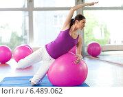 Pregnant woman training with a fitness ball. Стоковое фото, агентство BE&W Photo / Фотобанк Лори