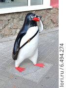Купить «Пингвин, говорящий по мобильному телефону. Скульптура в городе Кемерово», фото № 6494274, снято 20 августа 2014 г. (c) александр афанасьев / Фотобанк Лори