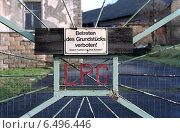 Купить «Entrance to an abandoned LPG», фото № 6496446, снято 22 декабря 2005 г. (c) Caro Photoagency / Фотобанк Лори