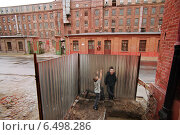 An industrial building and street children, Lodz, Poland (2006 год). Редакционное фото, агентство Caro Photoagency / Фотобанк Лори
