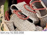 Купить «Плетеные из соломки женские сумки на рынке Юга Франции», фото № 6503058, снято 4 августа 2014 г. (c) Анастасия Золотницкая / Фотобанк Лори
