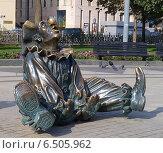 Купить «Скульптура клоун сидит на земле и смотри в небо на Цветном бульваре в г. Москве», фото № 6505962, снято 28 сентября 2014 г. (c) SevenOne / Фотобанк Лори