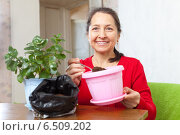 woman works with flower pots. Стоковое фото, фотограф Яков Филимонов / Фотобанк Лори
