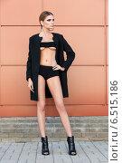 Купить «Молодая модель позирует на фоне стены», фото № 6515186, снято 17 июля 2014 г. (c) Людмила Дутко / Фотобанк Лори