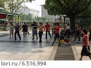 Купить «Китай, Пекин. Танцующие пенсионеры в городском парке», фото № 6516994, снято 9 сентября 2014 г. (c) Rokhin Valery / Фотобанк Лори