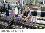 Купить «Женщина-ткачиха у станка укладывает нить. Прядильная фабрика города Балашихи», эксклюзивное фото № 6517134, снято 10 октября 2014 г. (c) Дмитрий Неумоин / Фотобанк Лори