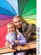 Купить «Мама с дочкой под одним зонтом стоят на мосту», фото № 6526462, снято 6 октября 2013 г. (c) Анастасия Лукьянова / Фотобанк Лори