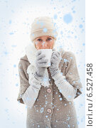 Composite image of mature woman in winter clothes holding mug. Стоковое фото, агентство Wavebreak Media / Фотобанк Лори