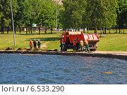 Купить «Рабочие чистят от мусора и тины Гольяновский пруд, район Гольяново, Москва», эксклюзивное фото № 6533290, снято 5 июня 2009 г. (c) lana1501 / Фотобанк Лори