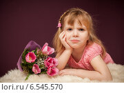 Купить «Эмоции девочки с букетом цветов», фото № 6545570, снято 9 апреля 2014 г. (c) Останина Екатерина / Фотобанк Лори