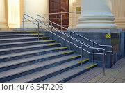 Купить «Лестница с поручнями и тактильными плитками для слабовидящих (Сочи, Художественный музей)», фото № 6547206, снято 12 сентября 2014 г. (c) Александр Замараев / Фотобанк Лори